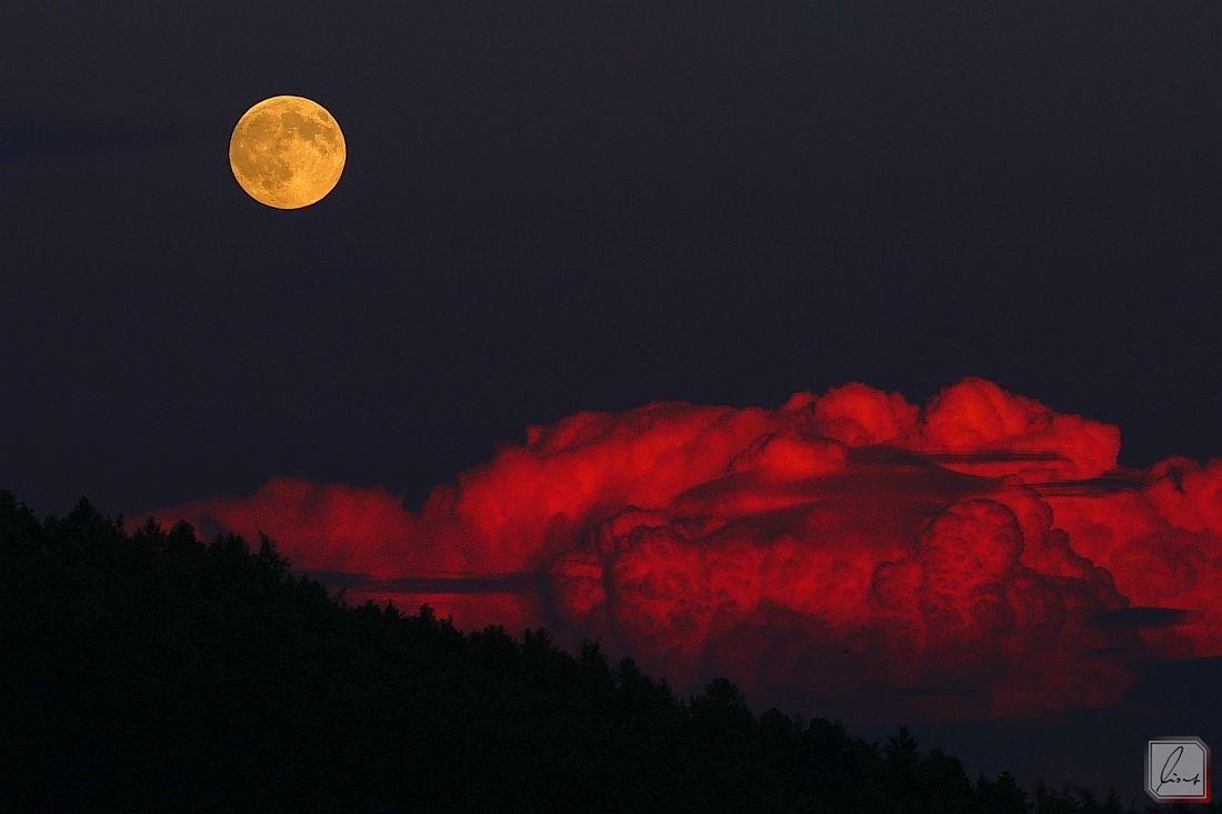 Rote Wolke über dem Buchenberg am 08.07.17
